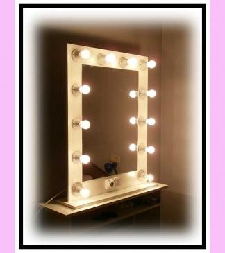 Espejo de camerino y maquillaje. Con soporte. Blanco. Vertical. 100 x 76 cm.